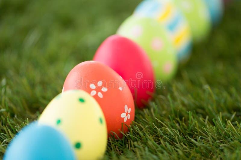 Rząd barwioni Easter jajka na sztucznej trawie zdjęcia royalty free