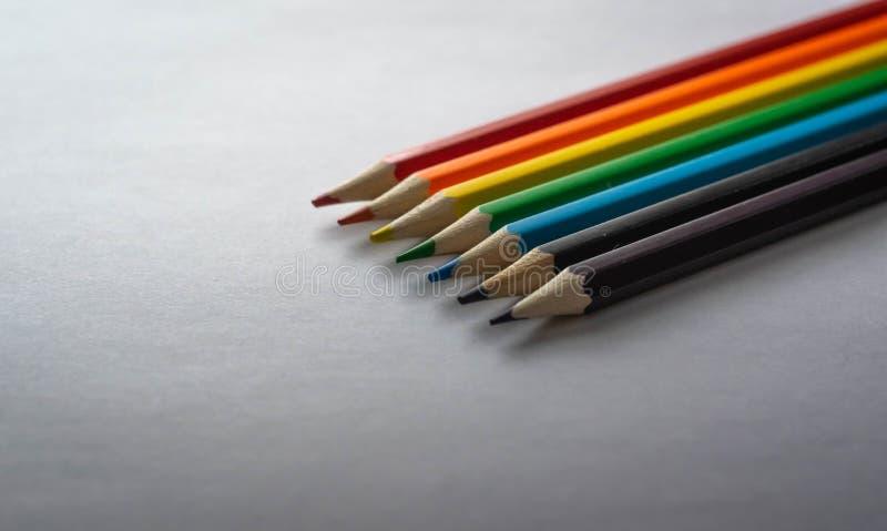Rząd barwioni ołówki pokazuje punkty obrazy stock