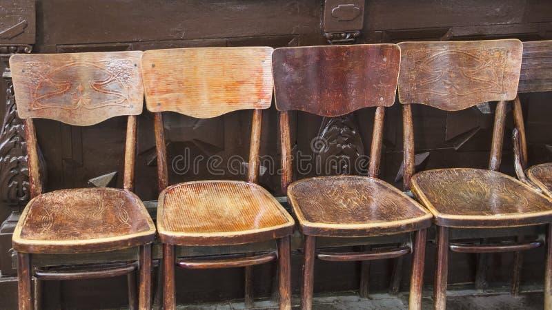 Rząd brązu antyka starzy krzesła w wakacyjnym budynku zdjęcie royalty free