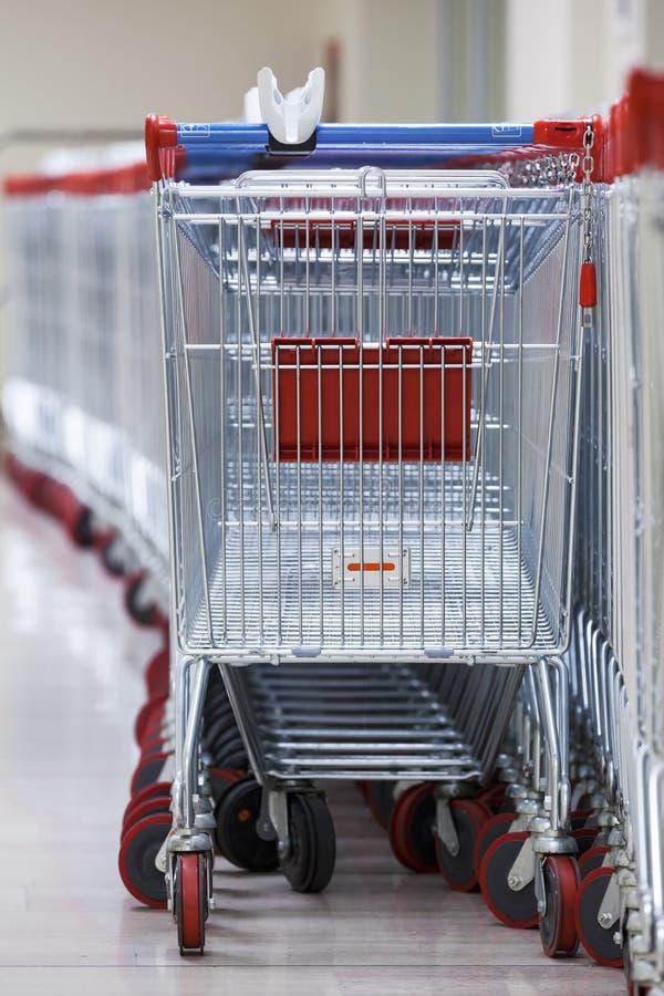 Rząd Brogujący supermarketów tramwaje obrazy stock