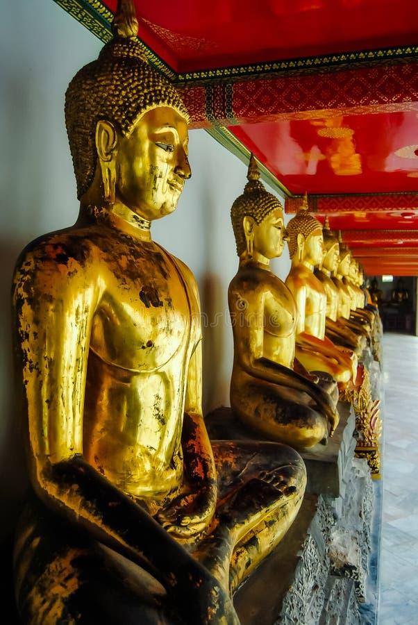 Rząd Buddha statuy w Uroczystym pałac, Bangkok, Tajlandia zdjęcie royalty free