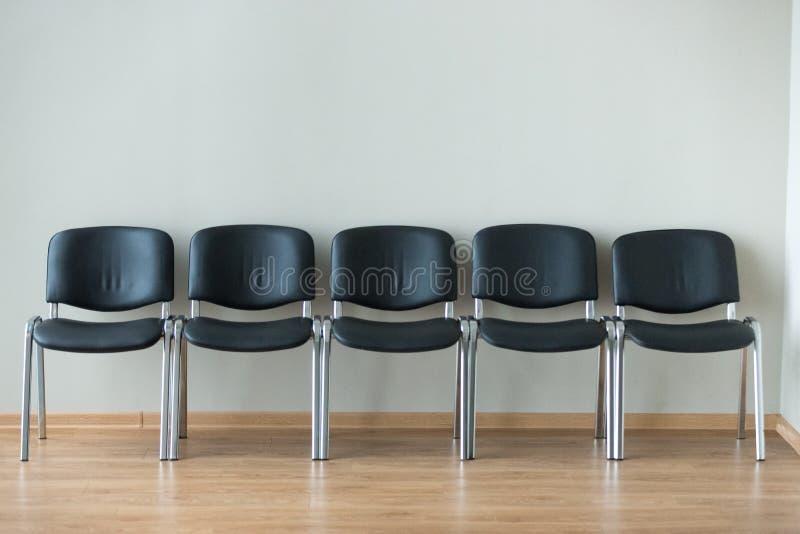 Rząd czarni biur krzesła w sala konferencyjnej zdjęcia royalty free
