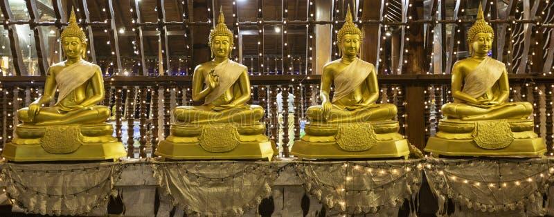 Rząd Cztery Złotej Buddha statuy Siedzi na poduszkach w Seema Malaka świątyni obraz royalty free
