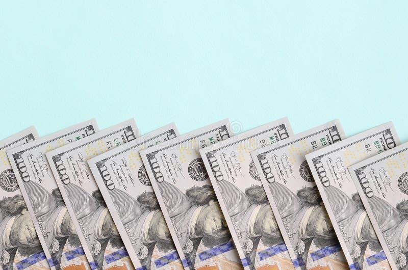 Rząd dolarów amerykańskich rachunki nowy projekt kłama na bławym tle obrazy stock