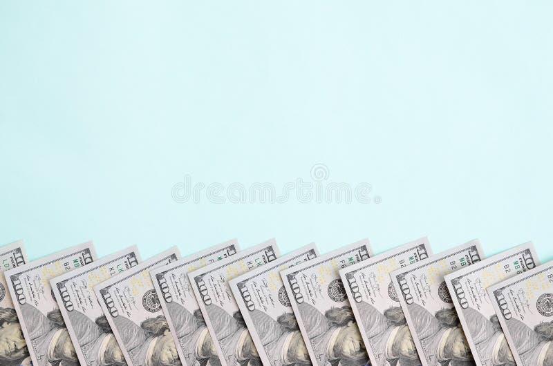 Rząd dolarów amerykańskich rachunki nowy projekt kłama na bławym tle zdjęcia royalty free