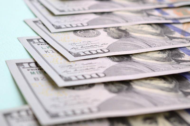 Rząd dolarów amerykańskich rachunki nowy projekt kłama na bławym tle zdjęcie royalty free