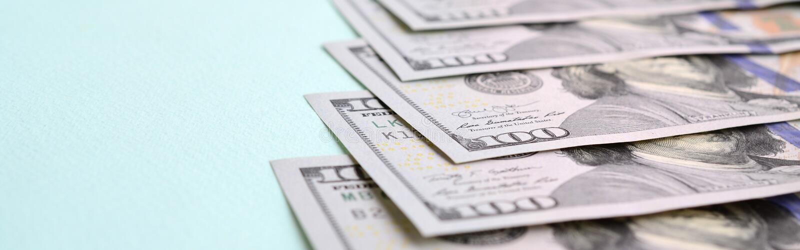 Rząd dolarów amerykańskich rachunki nowy projekt kłama na bławym tle obrazy royalty free