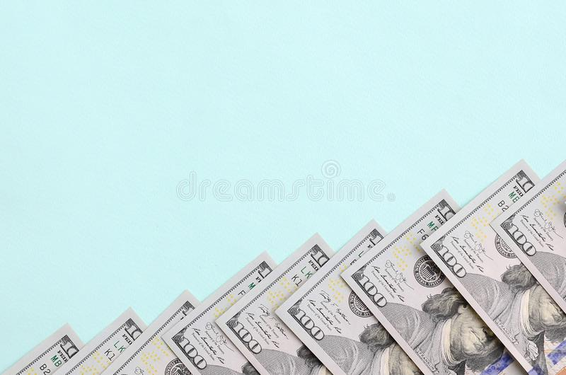 Rząd dolarów amerykańskich rachunki nowy projekt kłama na bławym tle fotografia royalty free