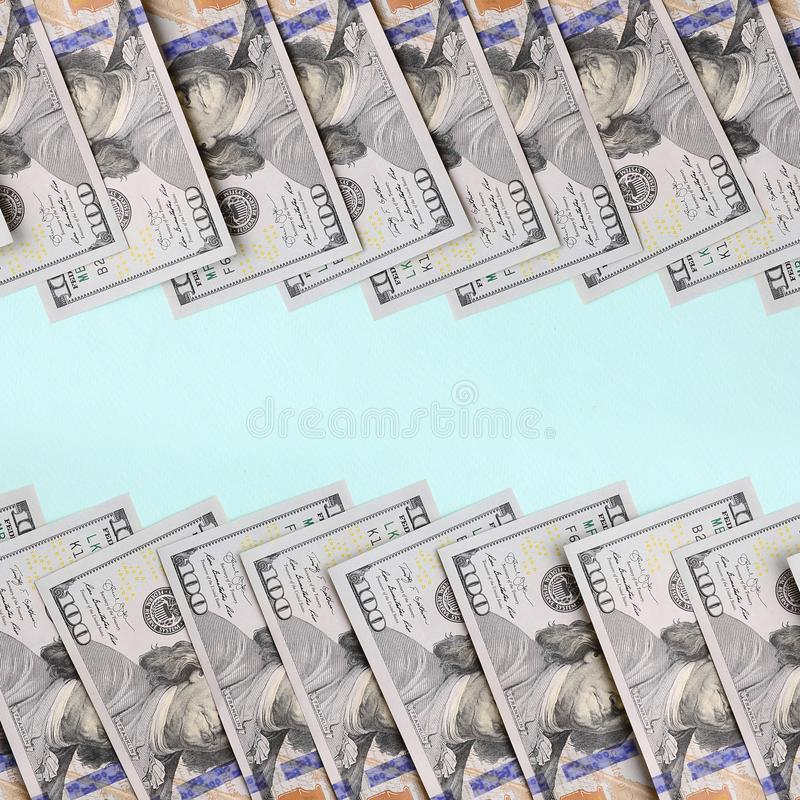 Rząd dolarów amerykańskich rachunki nowy projekt kłama na bławym tle zdjęcie stock