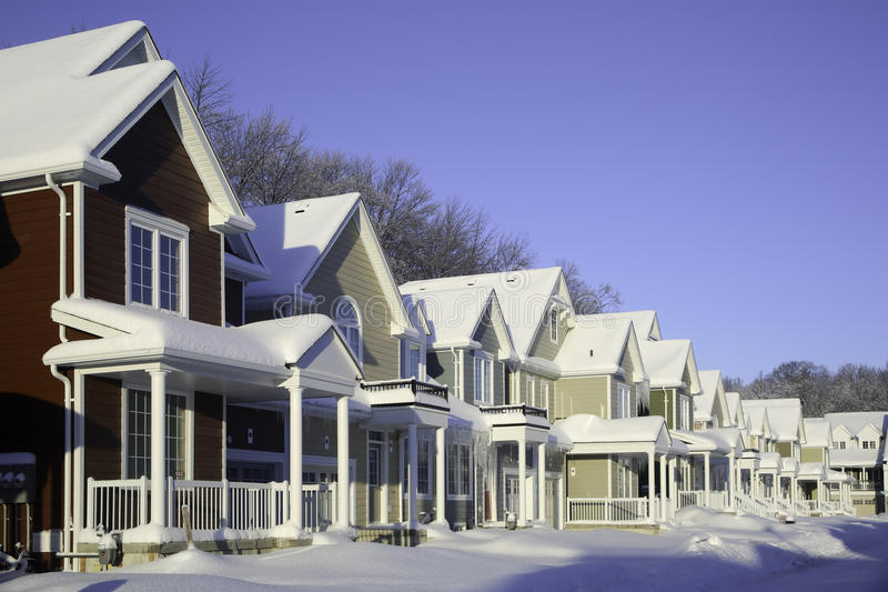 Rząd domy z śniegiem zdjęcie stock