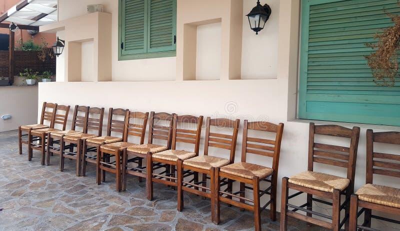 Rząd drewniani krzesła na domu przodzie obrazy royalty free