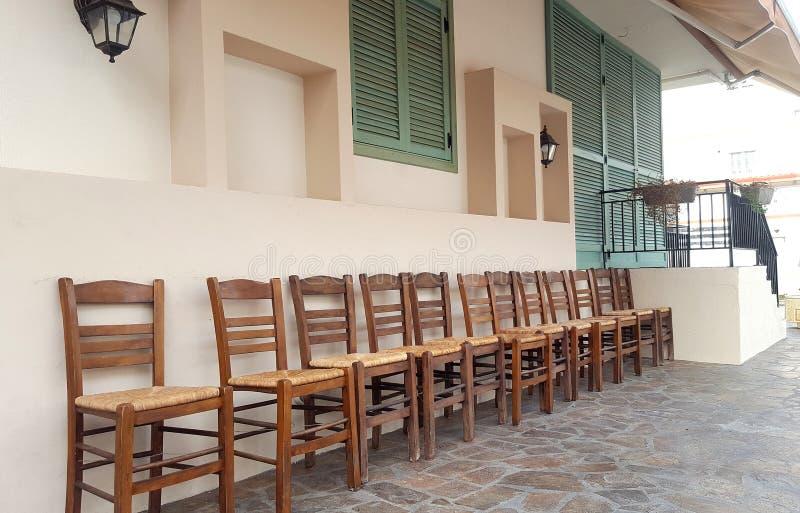 Rząd drewniani krzesła na domu przodzie zdjęcie royalty free