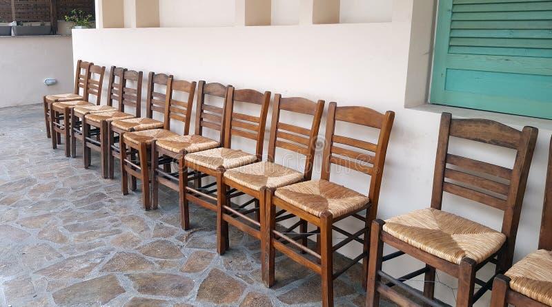 Rząd drewniani krzesła na domu przodzie fotografia royalty free