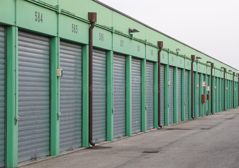 Rząd garaż Blokuje Podnosi w obszarze miejskim zdjęcia royalty free