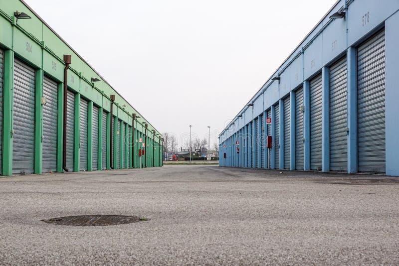 Rząd garaż Blokuje Podnosi w obszarze miejskim zdjęcie stock