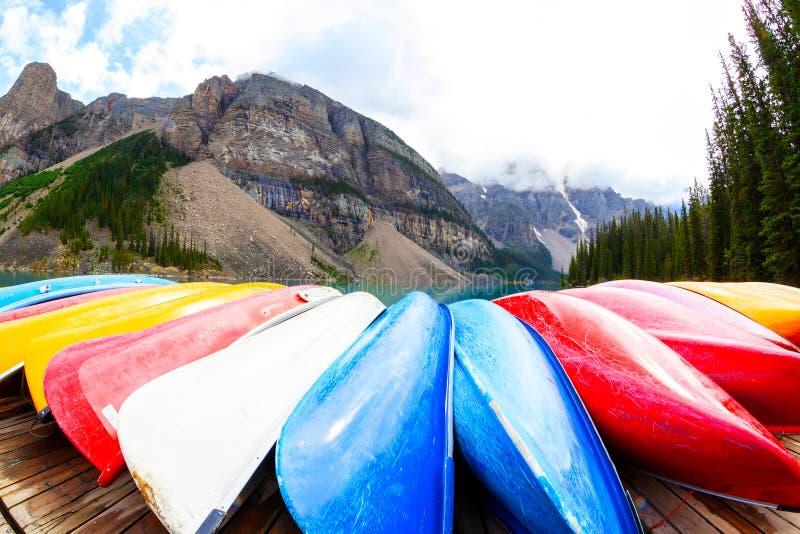 Rząd kajaki na Morena jeziorze w Kanadyjskich Skalistych górach zdjęcie royalty free