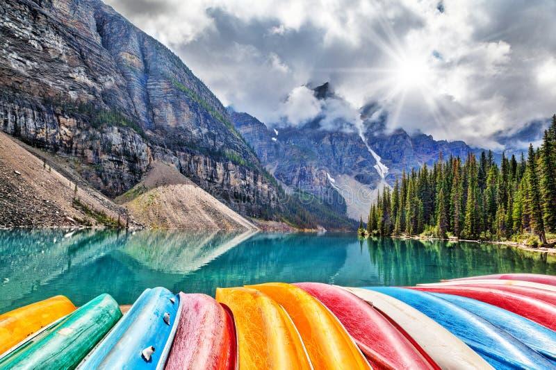 Rząd kajaki na Morena jeziorze w Kanadyjskich Skalistych górach obrazy stock
