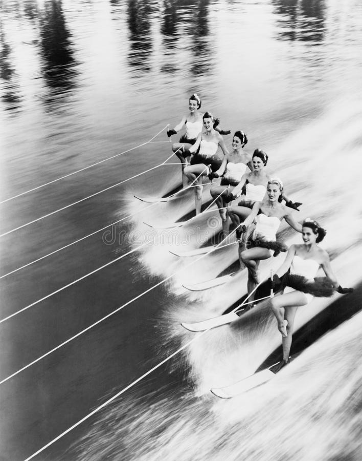 Rząd kobiety wodny narciarstwo (Wszystkie persons przedstawiający no są długiego utrzymania i żadny nieruchomość istnieje Dostawc zdjęcia stock