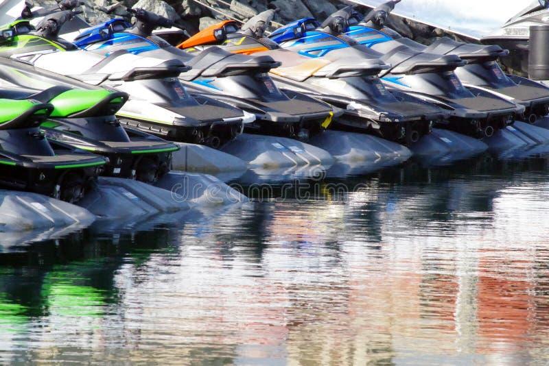 Rząd kolorowe dżetowe narty dla czynszu i zabawy Wszystko parkujący w marina fotografia royalty free