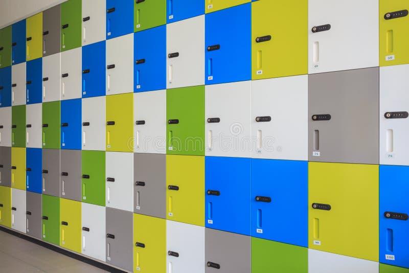 Rząd kolorowe szafki i ochrony hasła kod na drzwi dla s fotografia stock