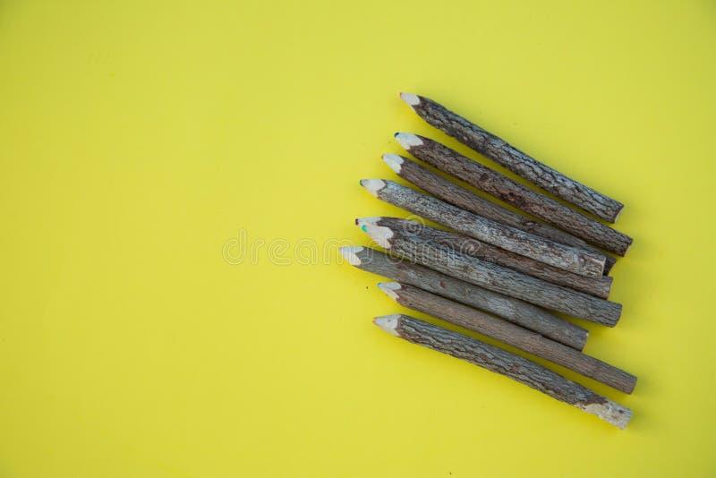 Rząd kolorowi drewniani ołówki fotografia stock