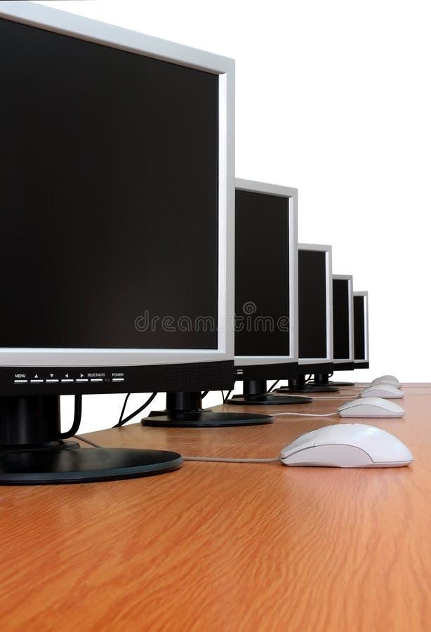Rząd komputerów monitory - odosobneni obraz stock