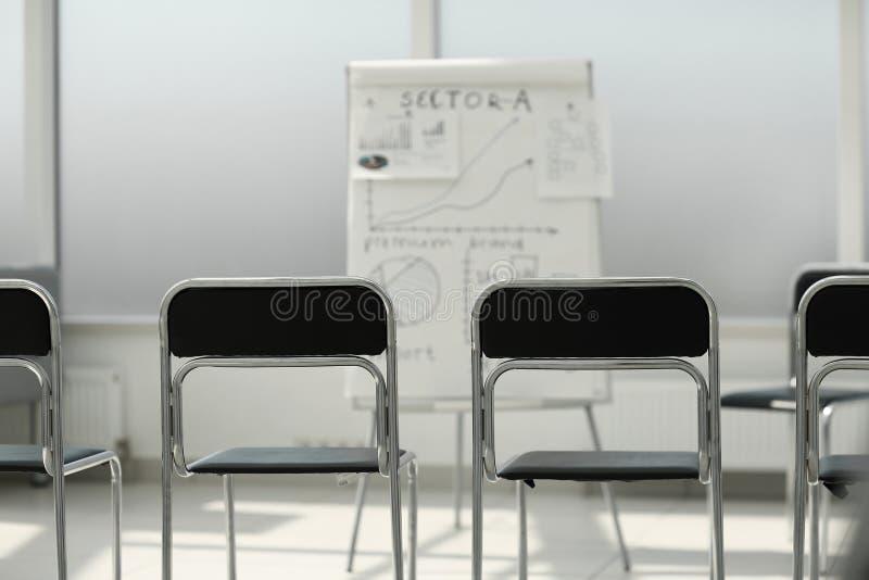 Rząd krzesła w sali konferencyjnej zdjęcia royalty free
