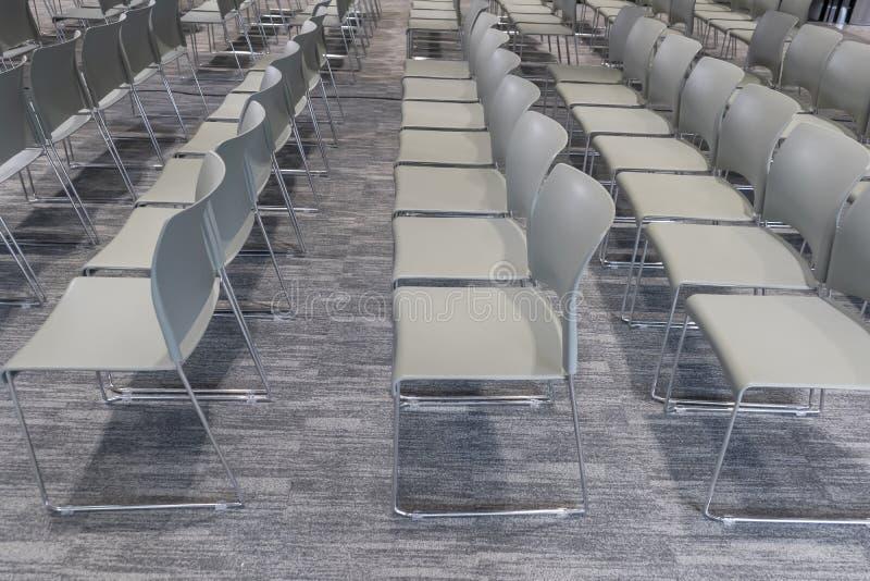 Rząd krzesła w sali konferencyjnej obraz stock