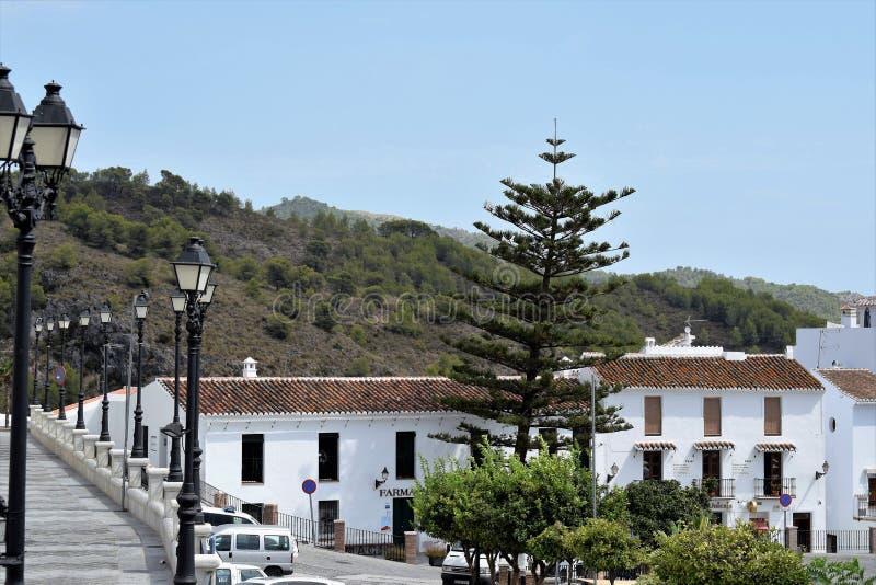 Rząd lampy i powabny widok od głównego miejsca w Frigiliana - Hiszpańska biała wioska Andalusia zdjęcia royalty free