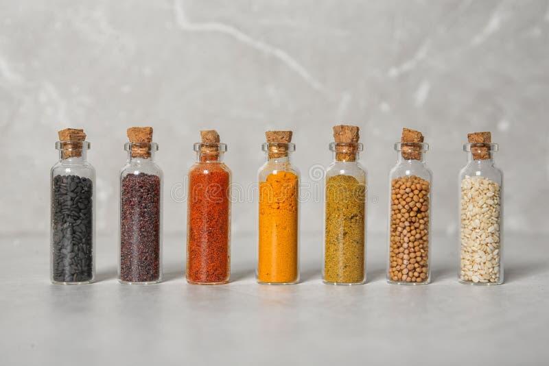 Rząd małe szklane butelki z różnymi pikantność zdjęcia stock