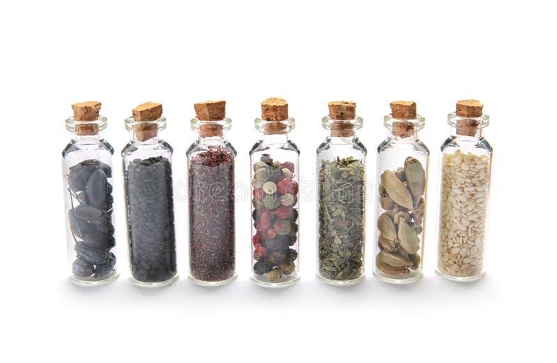 Rząd małe szklane butelki z różnymi pikantność fotografia royalty free
