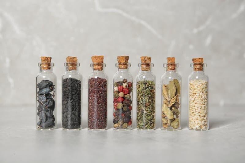 Rząd małe szklane butelki z różnymi pikantność obrazy royalty free