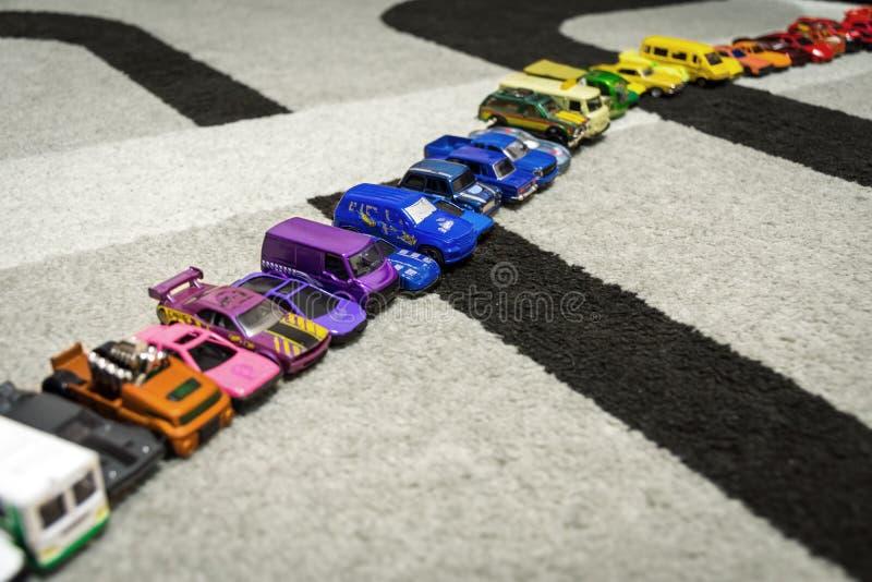 Rząd mali kolorowi samochody fotografia royalty free
