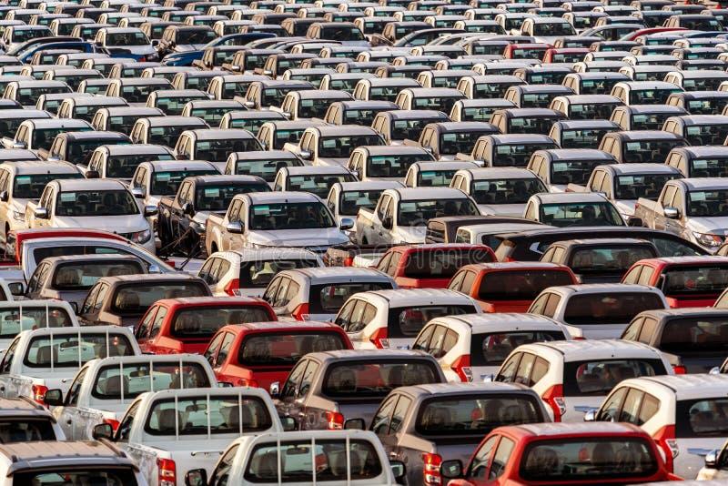 Rząd nowi samochody w porcie obraz royalty free