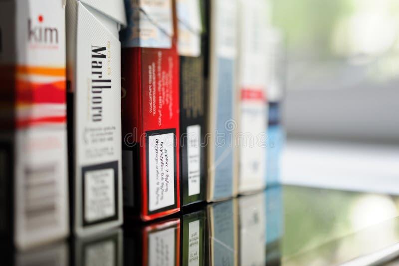 Rząd paczki papierosy od różnorodnych kątów świat zdjęcie royalty free