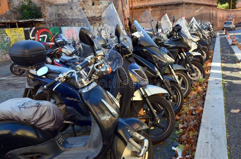 Rząd parkujący mopeds obraz royalty free