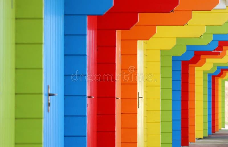 Rząd pastelu nadmorski barwioni szalety zdjęcie stock