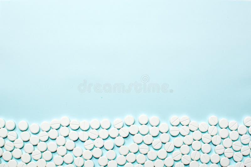 Rząd pigułki na bławym stole Medyczny pojęcie, kopii przestrzeń zdjęcia stock