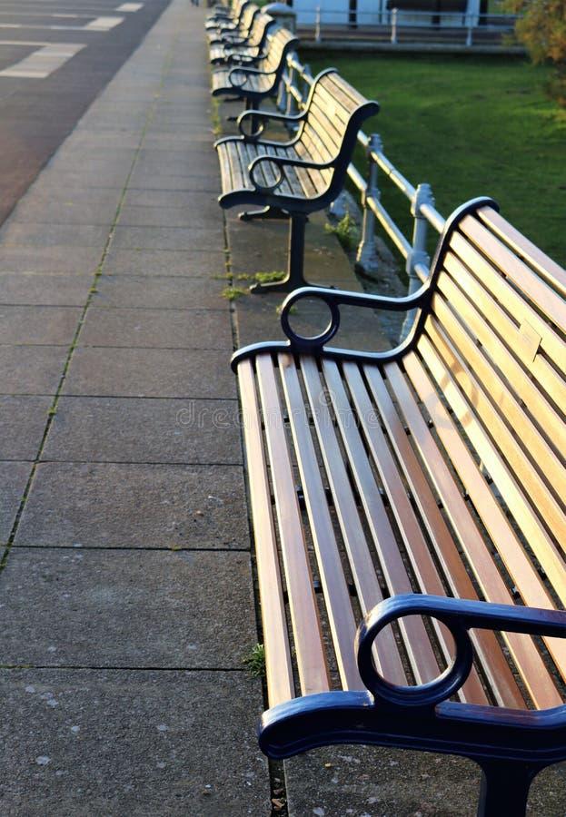 Rząd puste drewniane ławki na dennym przodzie - pojęcie obrazy stock