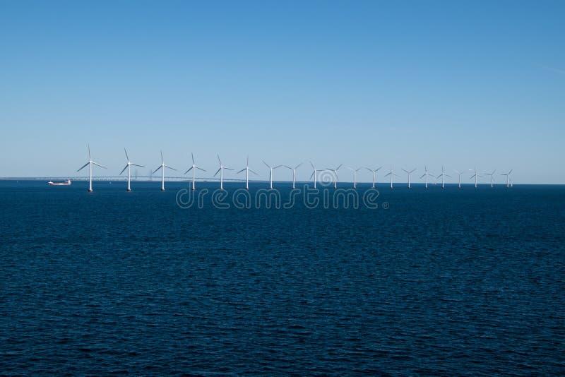 Rząd silniki wiatrowi w morzu bałtyckim między Niemcy i Dani zdjęcia stock