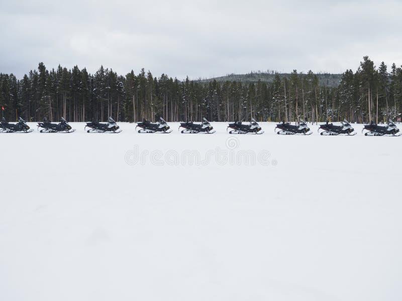 Rz?d Snowmobiles w Yellowstone parku narodowym obrazy stock