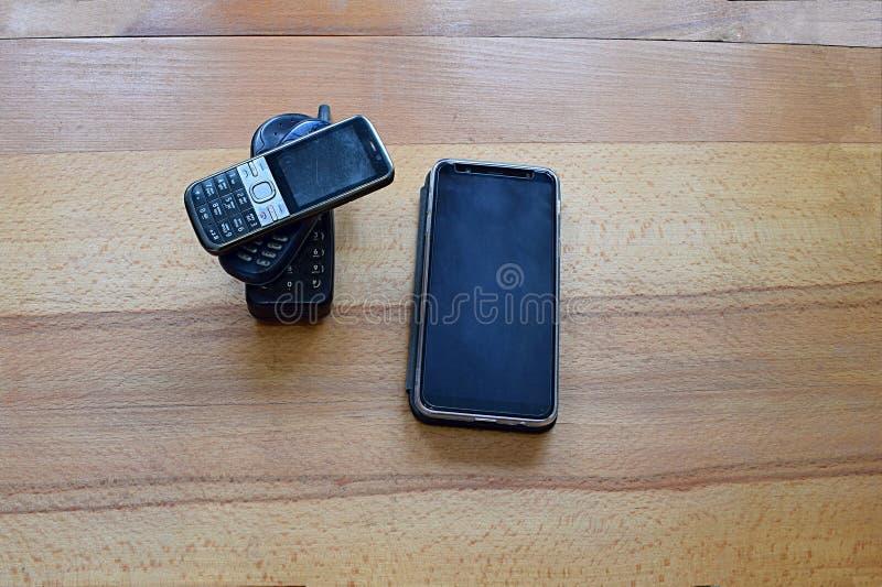 Rząd stary i nowy telefon komórkowy zdjęcia stock