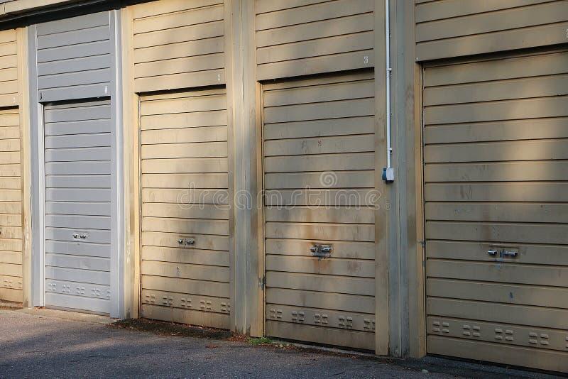 Rząd starych zamkniętych garaży zdjęcia stock