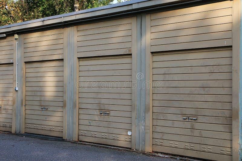 Rząd starych zamkniętych garaży zdjęcie royalty free