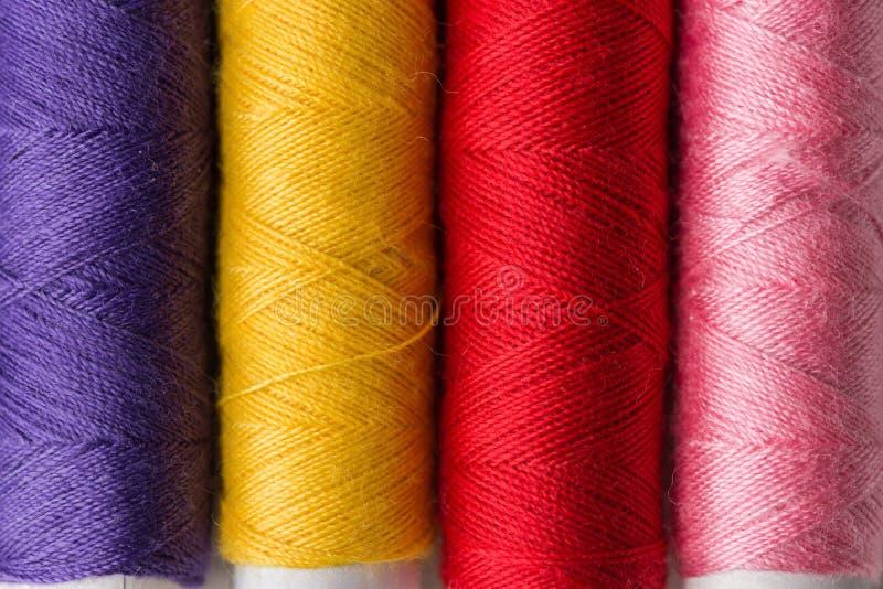 Rząd stubarwnej tęczy palety szwalne nici na kartonowych cewach Wykonuje ręcznie hobby lokalnego rzemieślnika biznesową wewnętrzn obraz stock