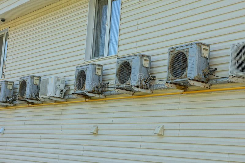 Rząd szarości powietrza conditioners na brąz ścianie budynek z okno zdjęcie royalty free