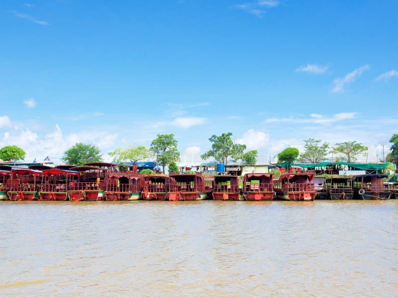 Rząd turystyczne łodzie dokuje przy Tonle Aprosza jeziorem, Kambodża obraz royalty free