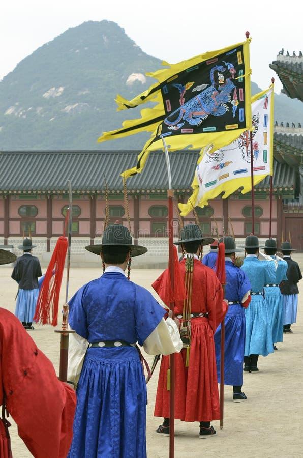 Rząd uzbrojeni ochroniarzi w antycznym tradycyjnym żołnierzu munduruje w starej królewskiej siedzibie, Seul, Południowy Korea zdjęcie royalty free