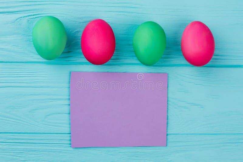 Rząd Wielkanocni jajka i pusta karta obraz stock