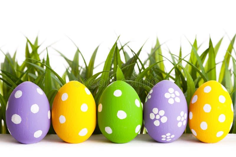 Rząd Wielkanocni jajka na trawie fotografia stock
